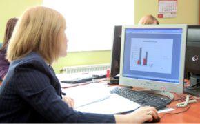 monitoring kosztów - kobieta przy komputerze