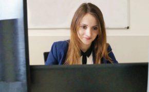 ikona elektroniczny monitoring wydań i zwrotów - kobieta przy komputerze